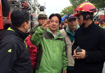 台南市维冠金龙大楼倒塌,赖清德抵达现场了解状况,并指示救人优先。中央社档案照片