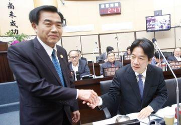 2016年台南市议会临时会,国民党议员建议议长李全教(左)与市长赖清德(右)握手。李全教主动上前,两人握手约1秒。中央社档案照片