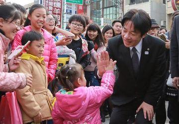 台南市长赖清德与小孩击掌。(图取自赖清德脸书www.facebook.com)中央社