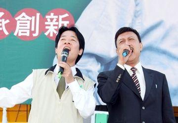 赖清德参选大台南市长,立委余天上台高歌助阵。中央社档案照片