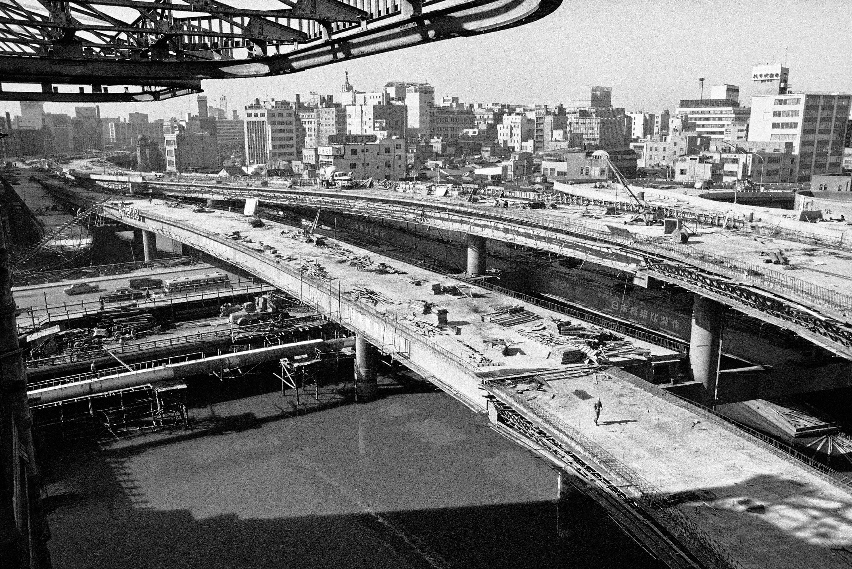 為了讓1964年東京奧運開幕前日本能改頭換面,1963年12月仍可見多條新高速公路在持續趕工。(檔案照片/美聯社)