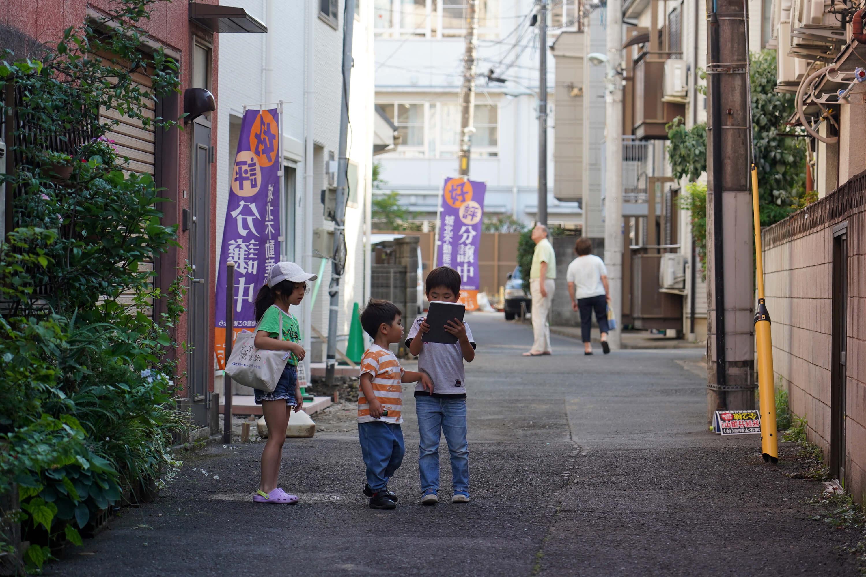 日本現在不僅在地方面臨人口減少與高齡化的問題,甚至連大都市都陷入相同處境。圖為日本街道上的小孩與老人。(中央社記者吳家昇攝)