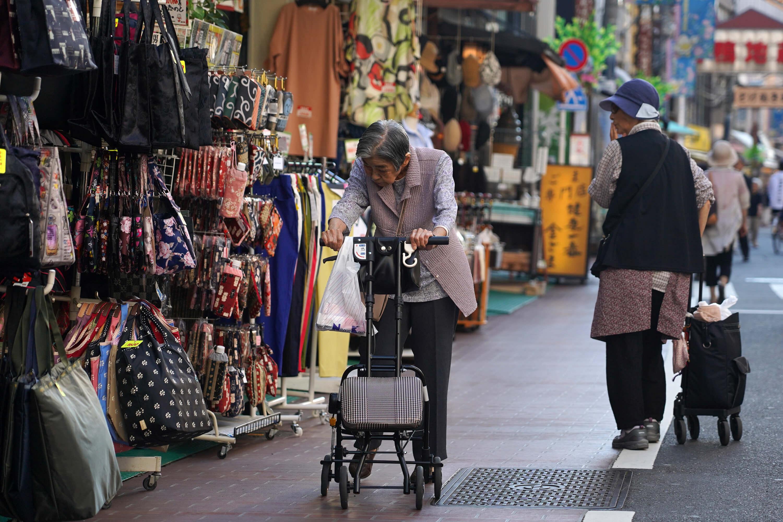 高齡化是今後都市面臨的共通課題,小池百合子希望藉由舉辦帕運,把東京打造成對身障人士、老人等友善、可安居的城市。圖為日本街道上的高齡長者。(中央社記者吳家昇攝)