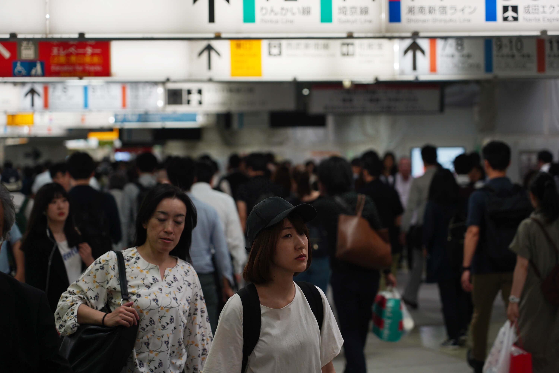 雖不能斷言這次東奧後不景氣會重演,但很多日本人心中仍有不安。圖為東京通勤人潮。(中央社記者吳家昇攝)