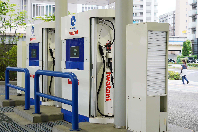 奧運選手村社區旁設置有加氫站,透過地下管線供到各區域,以氫作為大樓內公共設施的發電能源。圖為日本街道上的氫氣加氣站。(中央社記者吳家昇攝)